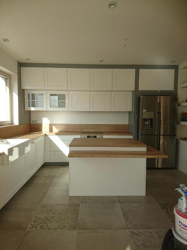 Biała kuchnia z wyspą na wymiar blaty drewniane