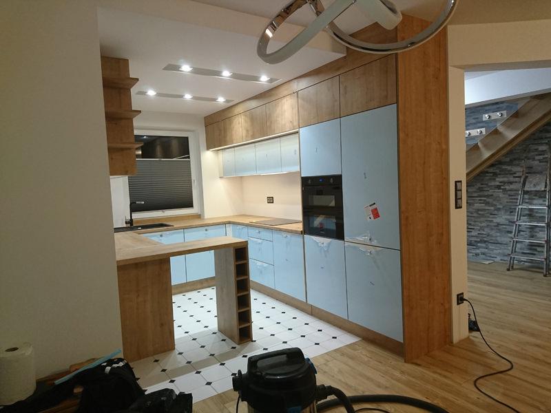 Kuchnia biała z drewnem fronty akrylowe